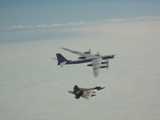 """Mỹ điều động tiêm kích F-22 chặn """"quái vật ném bom"""" của Nga gần Alaska  - Ảnh 2."""