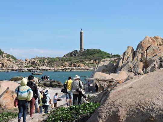 Lội biển qua hải đăng Kê Gà - Ảnh 1.