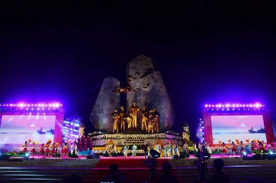 Thường trực Ban Bí Thư Trần Quốc Vượng dự Lễ khánh thành tượng đài Chủ tịch Hồ Chí Minh với nhân dân Quảng Bình - Ảnh 4.