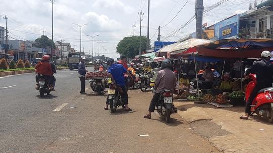 Sau tai nạn thảm khốc làm 5 người chết, dân vẫn vô tư chiếm quốc lộ để buôn bán - Ảnh 3.