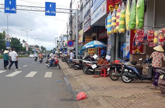 Sau tai nạn thảm khốc làm 5 người chết, dân vẫn vô tư chiếm quốc lộ để buôn bán - Ảnh 4.
