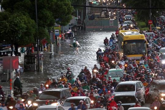Vạn người đang bất lực trong kẹt xe, ngập nước cửa ngõ phía Đông TP HCM - Ảnh 6.