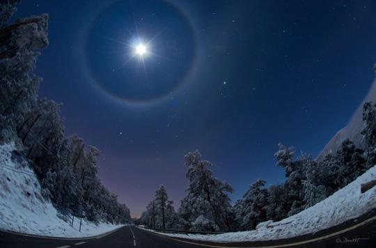 Cận cảnh những hào quang lạ quanh mặt trời, mặt trăng khắp thế giới - Ảnh 6.