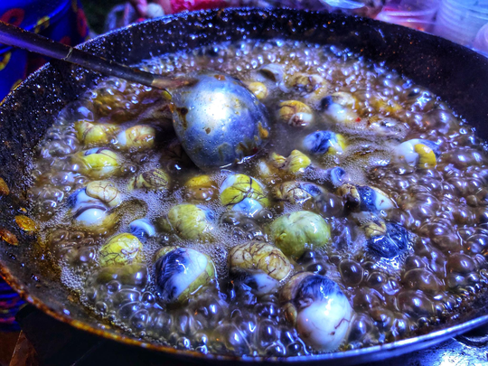 Ăn vặt xuyên đêm ở hồ Con Rùa - Ảnh 8.