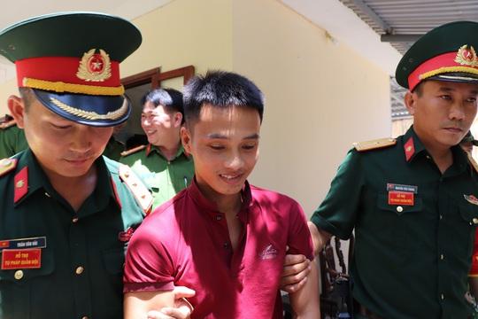 Clip: Triệu Quân Sự bị dẫn về trại giam, nằng nặc đòi gặp mẹ - Ảnh 2.