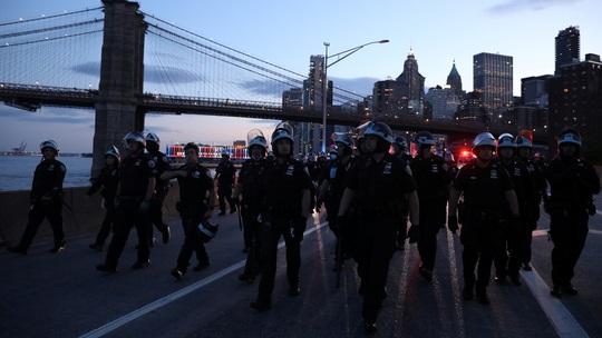Biểu tình tại Mỹ: Xe hơi lao vào cảnh sát ở New York - Ảnh 3.