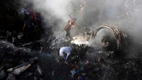 Hơn 10 ngày sau khi máy bay Pakistan rơi, bé gái trên mặt đất tử vong - Ảnh 1.
