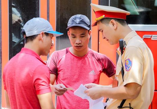 CSGT Hà Nội xử lý tình trạng xe khách tạt đầu, chạy rùa bò đón khách - Ảnh 4.