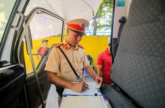 CSGT Hà Nội xử lý tình trạng xe khách tạt đầu, chạy rùa bò đón khách - Ảnh 5.