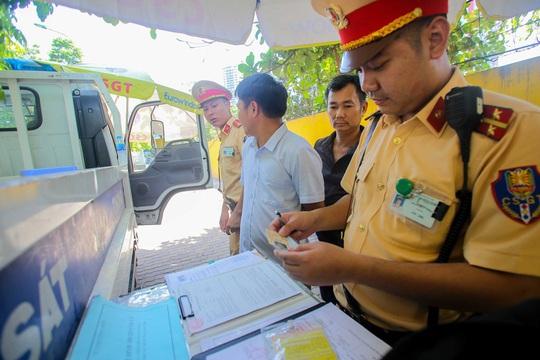 CSGT Hà Nội xử lý tình trạng xe khách tạt đầu, chạy rùa bò đón khách - Ảnh 7.