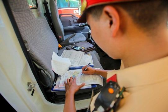 CSGT Hà Nội xử lý tình trạng xe khách tạt đầu, chạy rùa bò đón khách - Ảnh 8.