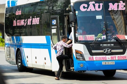 CSGT Hà Nội xử lý tình trạng xe khách tạt đầu, chạy rùa bò đón khách - Ảnh 12.