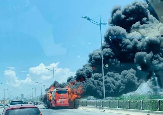 Xe giường nằm bốc cháy dữ dội giữa trưa nắng, 18 hành khách thoát chết - Ảnh 3.