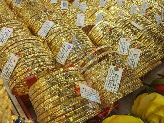 Vì sao giá vàng SJC bỏ xa vàng thế giới? - Ảnh 1.