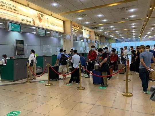 Tân Sơn Nhất đón hơn 130 người Việt tại Malaysia và một số nước Châu Phi về nước - Ảnh 1.