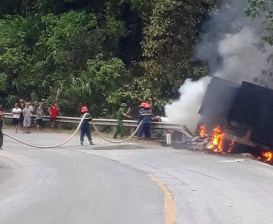 Quảng Bình: Cháy xe container trên Quốc lộ 12, tài xế bỏng nặng - Ảnh 1.
