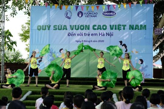 Vinamilk mang niềm vui uống sữa đến với trẻ em Hà Nội thông qua Quỹ sữa Vươn cao Việt Nam  - Ảnh 3.