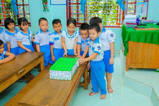 Vinamilk mang niềm vui uống sữa đến với trẻ em Hà Nội thông qua Quỹ sữa Vươn cao Việt Nam  - Ảnh 13.