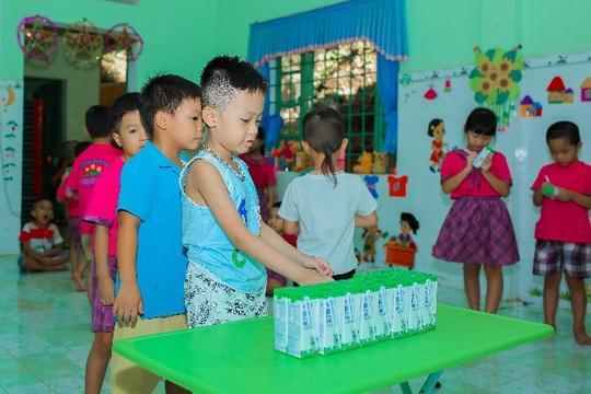 Vinamilk mang niềm vui uống sữa đến với trẻ em Hà Nội thông qua Quỹ sữa Vươn cao Việt Nam  - Ảnh 12.