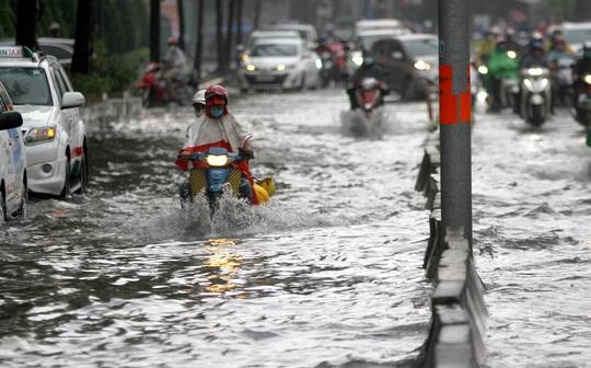 TP HCM: Đường Nguyễn Hữu Cảnh ngập kinh hãi, sóng cuồn cuộn - Ảnh 3.