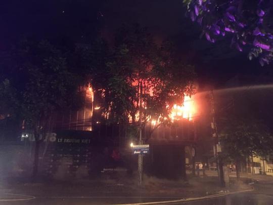 Chùm ảnh quán bar lớn ở TP Vinh bốc cháy ngùn ngụt trong đêm - Ảnh 1.