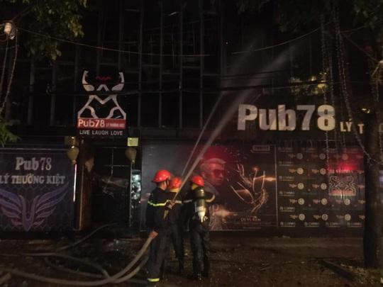 Chùm ảnh quán bar lớn ở TP Vinh bốc cháy ngùn ngụt trong đêm - Ảnh 3.