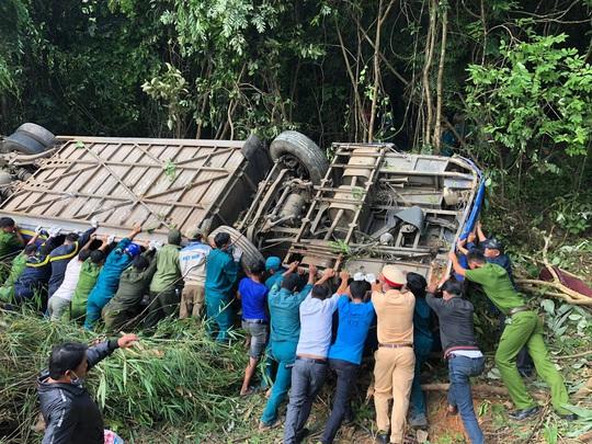 Cận cảnh hiện vụ tai nạn khiến 5 người chết, hàng chục người bị thương - Ảnh 1.