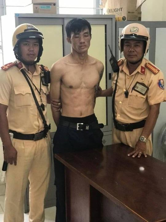 Hai CSGT đội Bình Triệu cùng cảnh sát khu vực quật ngã kẻ trộm cầm dao - Ảnh 1.