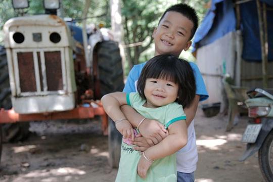 Ba đứa trẻ mất cha mẹ dưới bánh xe container: Hạnh phúc trở về - Ảnh 1.