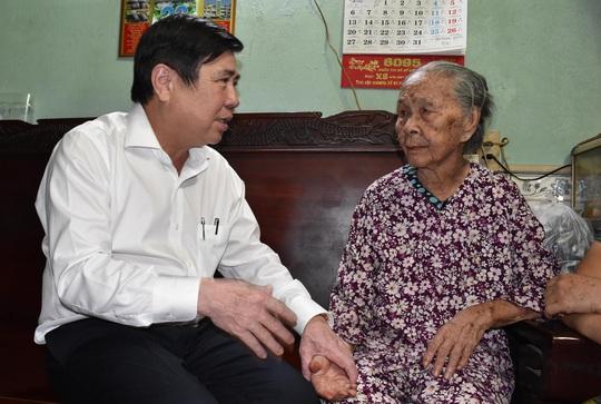 Chủ tịch UBND TP HCM Nguyễn Thành Phong thăm gia đình chính sách - Ảnh 2.
