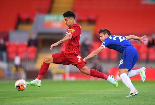 Vùi dập Chelsea, Liverpool tưng bừng nâng cúp vô địch ở Anfield - Ảnh 1.