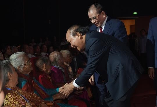 Chùm ảnh: Thủ tướng dự chương trình gặp mặt các Bà mẹ Việt Nam anh hùng - Ảnh 1.