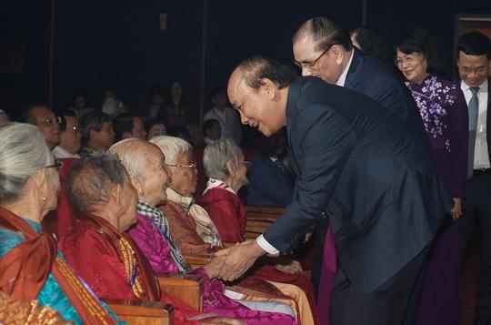 Chùm ảnh: Thủ tướng dự chương trình gặp mặt các Bà mẹ Việt Nam anh hùng - Ảnh 3.
