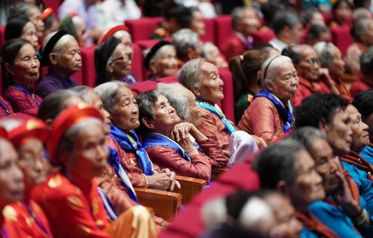 Chùm ảnh: Thủ tướng dự chương trình gặp mặt các Bà mẹ Việt Nam anh hùng - Ảnh 7.