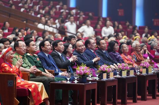 Chùm ảnh: Thủ tướng dự chương trình gặp mặt các Bà mẹ Việt Nam anh hùng - Ảnh 8.