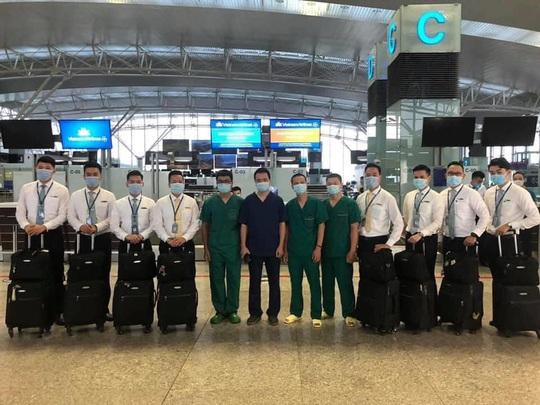 Chuyến bay đón 120 bệnh nhân Covid-19 ở Guinea Xích đạo đã cất cánh - Ảnh 5.