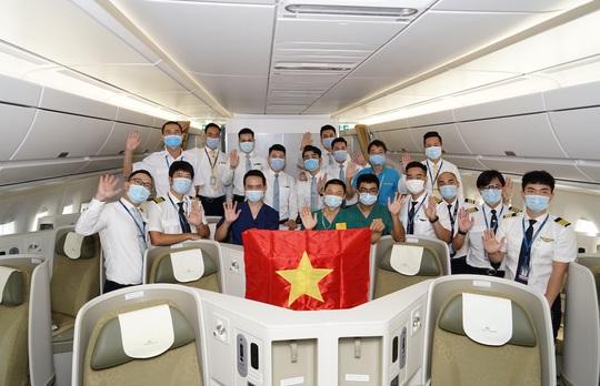 Bên trong chuyến bay đặc biệt đón 120 bệnh nhân Covid-19 từ Guinea Xích đạo về nước - Ảnh 2.