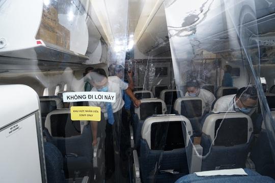 Bên trong chuyến bay đặc biệt đón 120 bệnh nhân Covid-19 từ Guinea Xích đạo về nước - Ảnh 4.