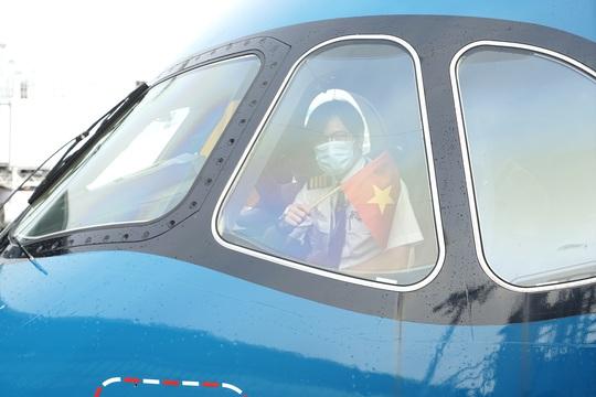 Bên trong chuyến bay đặc biệt đón 120 bệnh nhân Covid-19 từ Guinea Xích đạo về nước - Ảnh 1.