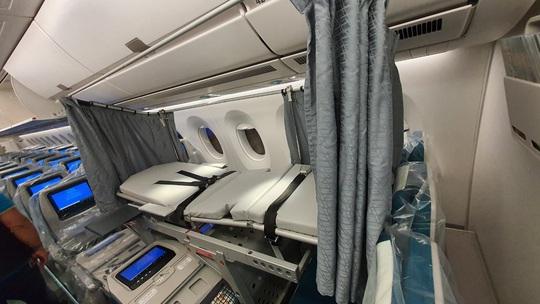 Bên trong chuyến bay đặc biệt đón 120 bệnh nhân Covid-19 từ Guinea Xích đạo về nước - Ảnh 7.