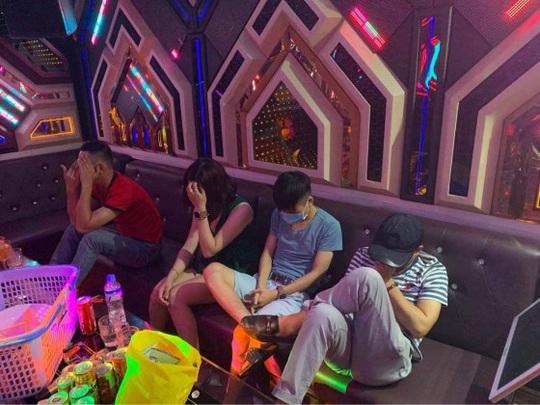 Bắt quả tang 20 nam, nữ mở đại tiệc ma túy tại phòng hát karaoke - Ảnh 1.
