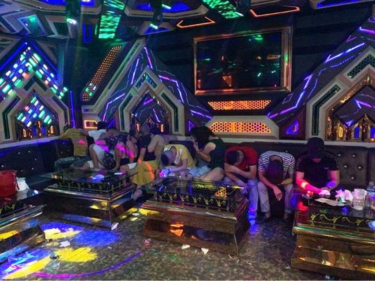 Bắt quả tang 20 nam, nữ mở đại tiệc ma túy tại phòng hát karaoke - Ảnh 2.