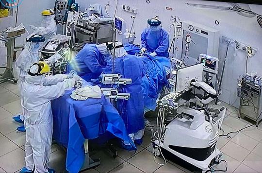 Bệnh viện Chợ Rẫy lên tiếng về bệnh nhân Covid-19 là võ sư người Mỹ - Ảnh 1.
