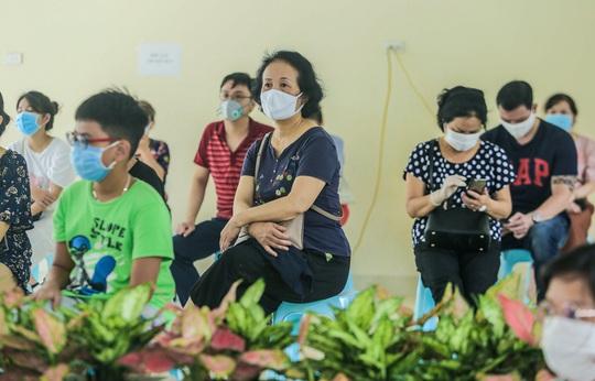 Hà Nội xét nghiệm nhanh Covid-19 cho người dân đi từ Đà Nẵng về - Ảnh 7.