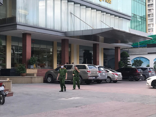 Đi cùng mẹ, bé trai 5 tuổi không may rơi từ tầng 9 khách sạn tử vong - Ảnh 1.