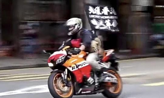 Thanh niên Hồng Kông lái môtô tông cảnh sát bị truy tố theo luật an ninh mới - Ảnh 1.