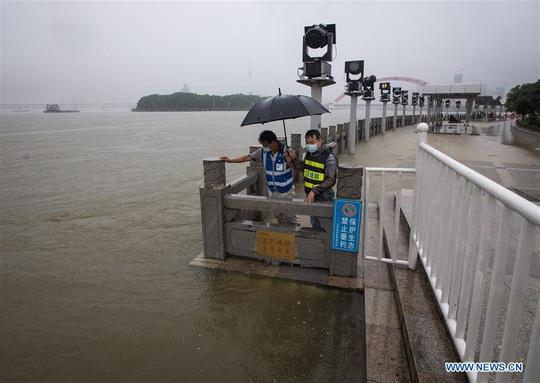 Trung Quốc: Mưa lớn xối xả, Vũ Hán mênh mông nước lụt - Ảnh 4.
