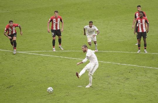 Đao phủ Ramos lập kỷ lục ghi bàn, Real Madrid được ưu ái? - Ảnh 3.