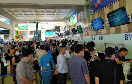 Hàng không delay nhiều do sửa đường băng Nội Bài, Tân Sơn Nhất, Bộ trưởng mong khách thông cảm - Ảnh 1.