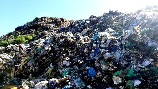 Núi rác Cam Ly Đà Lạt tiếp tục sạt lở, uy hiếp vườn người dân - Ảnh 8.